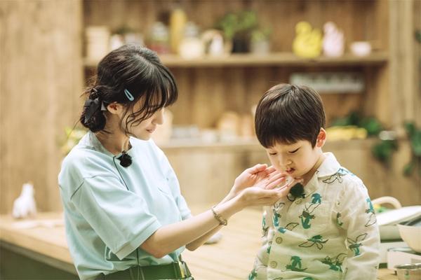 郑爽蝴蝶结双麻花辫 录制节目自制低脂减肥餐