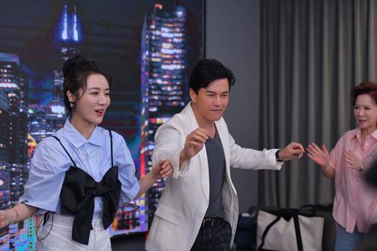"""吕良伟直播首秀再现销魂舞步 独创""""神仙吃法""""引领养生风潮"""